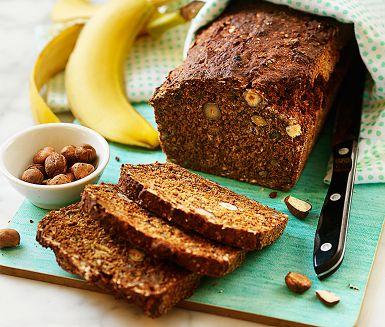 """Övermogna bananer är den perfekta ingrediensen till det här lättbakade och saftiga filmjölksbrödet med en härligt nötig smak av hasselnötter. Bikarbonat gör att degen kan gräddas direkt. Resultatet är ett """"kakbröd"""" som passar lika bra till frukost som fika!"""