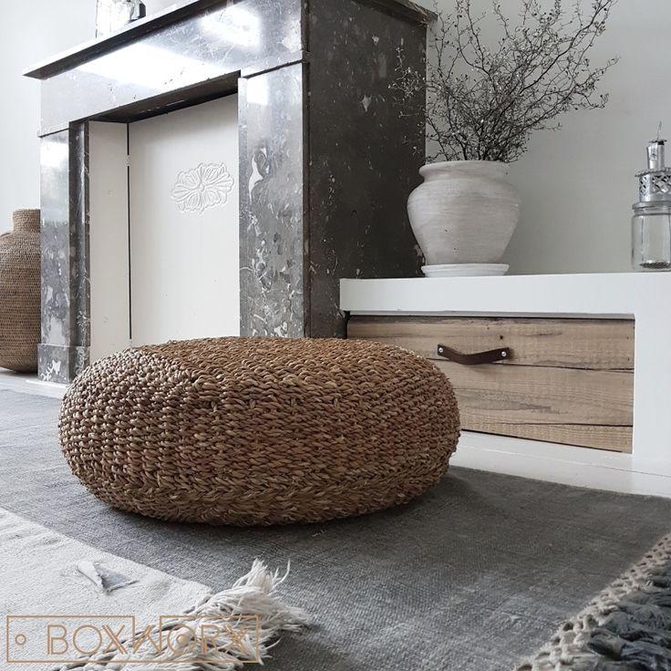 Poefen van duurzaam en mooi buffelleer. Exclusieve en tijdloze collectie poefen en andere meubeltjes van buffelleer in combinatie met oud hout of staal.