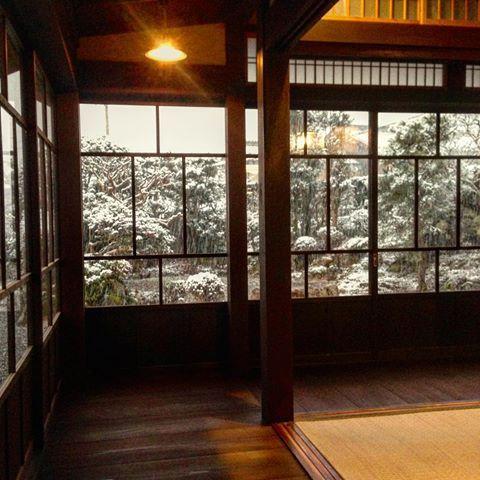大原の古民家、和室回り廊下雪景色  回り廊下から見る雪景色の庭、 モノクロなシルエットが好きです! #大原の古民家復元 #古民家復元 #古民家再生…