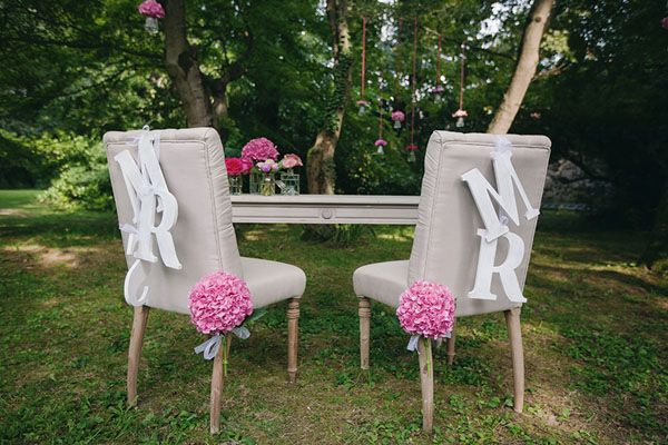 mr and mrs chair decorations // photo: nina milani http://weddingwonderland.it/2015/03/matrimonio-fucsia-torino.html