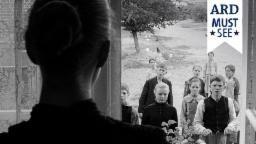 Die Hebamme (Susanne Lothar, li.) ahnt nicht, dass die Kinder aus dem Dorf etwas Böses im Schilde führen., Quelle: rbb/ARD Degeto/BR/X-Filme