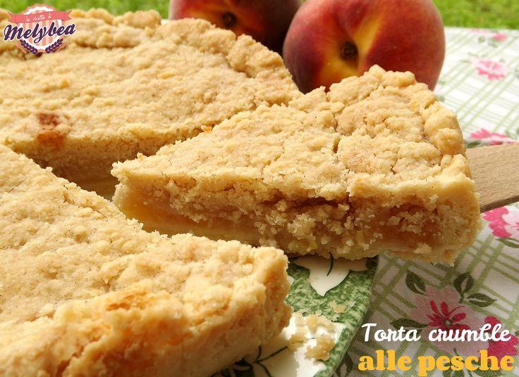 La torta crumble alle pesche è un dolce estivo golosissimo e profumato. Perfetta da gustare a merenda o a colazione. E' chiamata anche torta sbriciolata
