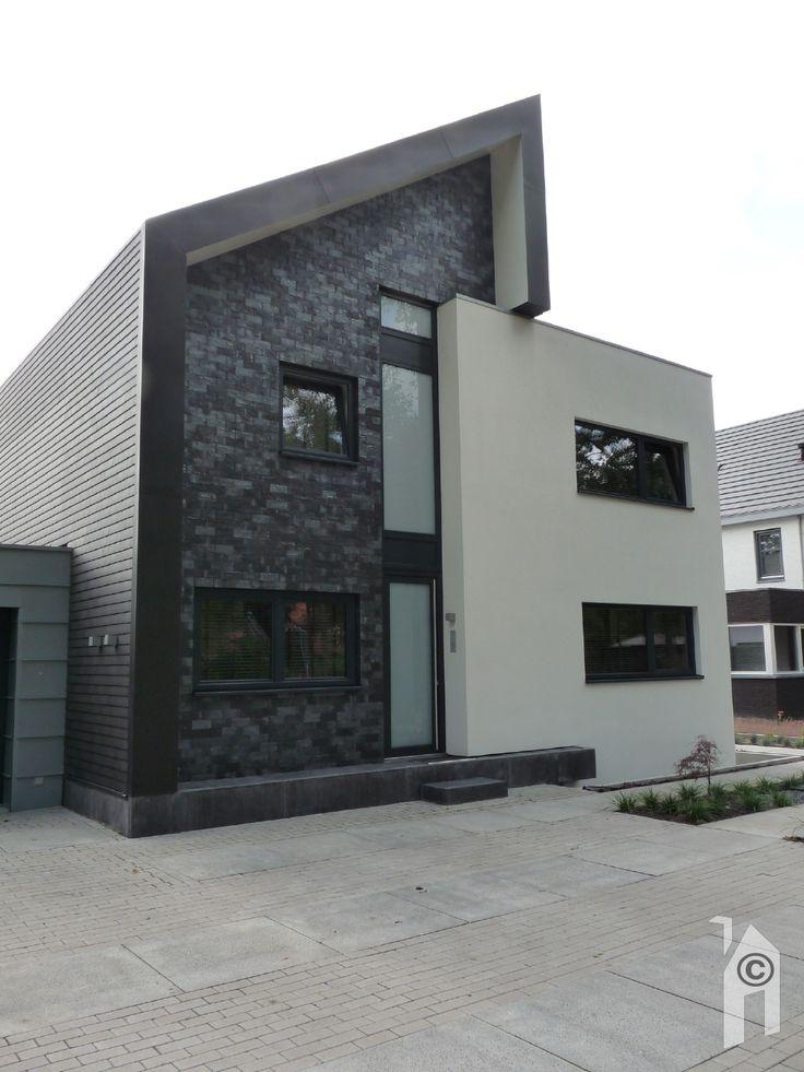De gekozen materialen voor de gevels van de verschillende volumes zijn van stucwerk (wit), zink (grijs) en keramische leipannen (zwart).