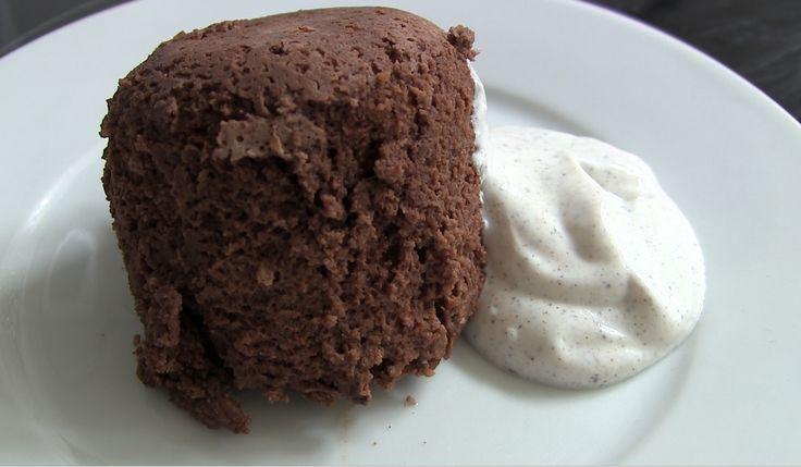 Celestine viser hvordan man laver en chocolate protein mug cake i mikroovnen.   Proteinpulveret hun bruger stammer fra http://www.bodylab.dk - danskproduceret proteinpulver i kompromisløs kvalitet.  Ingredienser:  20 g Bodylab Whey 100 crispy chocolate 5 g ren kakao 40 g usødet æblemos (eller banan) 10 g peanutbutter 20 g kokosmælk 0,5 tsk bagepulver 10 g Bodylab Strø 1 g vanillepulver (ikke sukker! - kan udelades).