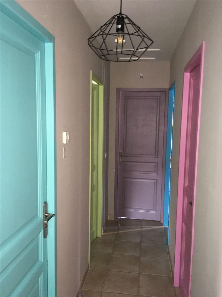 Portes colorées dans le couloir des enfants #color#door