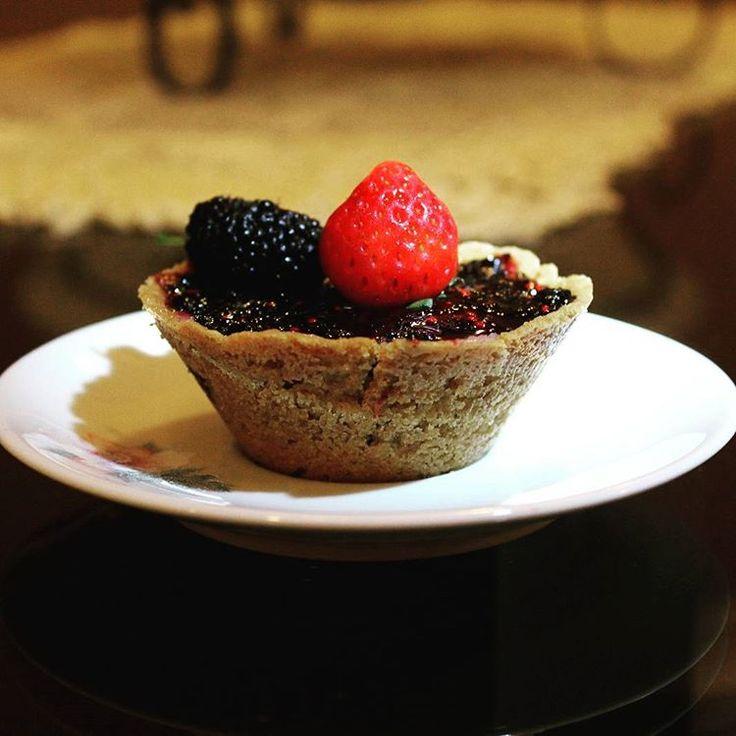 Hoje foi dia de tortelete de amora.  #bake #bakery #sweet #tartelette #amora #blackberry #strawberry #pie #vsco #vscobrasil #igers