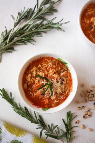 Суп с фасолью и мелкой пастой. 700-900 мл овощного бульона (у меня был сварен из моркови, репчатого лука, сельдерея, болгарского перца) 150 гр белой фасоли 150-200 гр нежирного бекона 100 гр мелкой пасты  1 средняя луковица 1 средняя морковь 1 средний черешок сельдерея 2 зубчика чеснока 2 ст.л. томатного соуса или пюре 1 веточка розмарина  оливковое масло