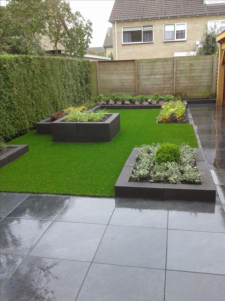 Smalle achtertuin met groen en kunstgras. Eigen ontwerp en uitvoering André meilink