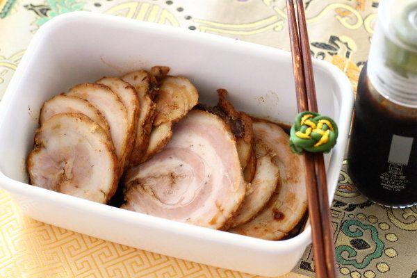 近々食べるラーメンのために、本格的なチャーシューを作ってみました。豚バラ肉を巻いて、丸く! 美しく!!使った調味料は、醤油と酒オンリーContents至ってシンプルな作り方レシピ【醤油と酒だけで本格的なチャーシュー】至ってシンプルな作り方豚バラブロック ←タコ