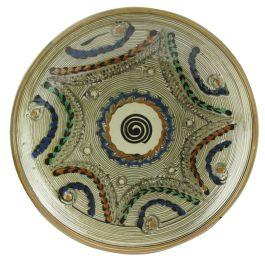 Pictata in culorile specifice ceramicii smaltuite de Horezu, pe fond alb fildes si infrumusetata cu model geometric si modele sub forma de pene de paun in nuante de albastru,verde, maro si portocaliu, aceasta farfurie surprinde perfect stilul unic si irepetabil al mesterilor populari ce dau viata lutului din Horezu.Datorita faptului ca fiecare produs este lucrat si prelucrat manual, coloritul, modelul, greutatea si forma pot diferi, aceste aspecte oferind un plus de unicitate. (Ceramic…