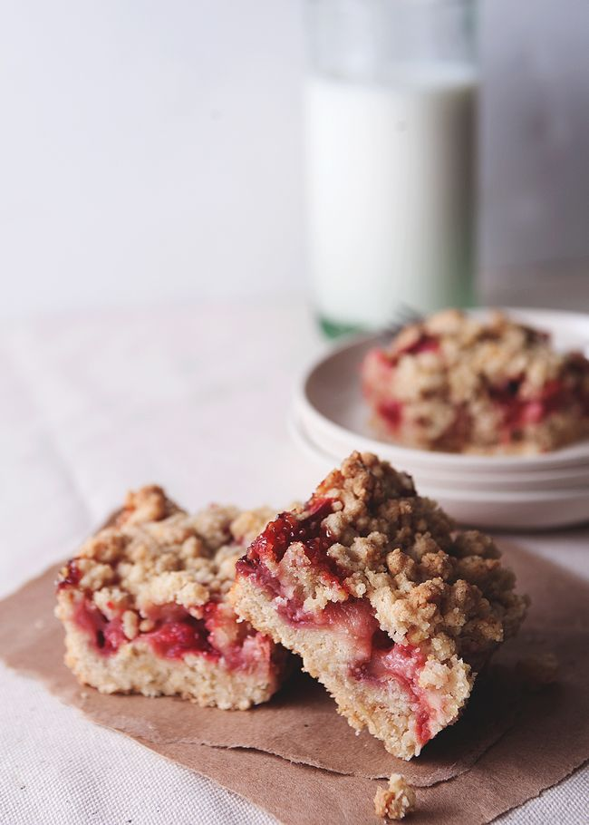 Strawberry rhubarb ginger crumb bars // The Tart Tart