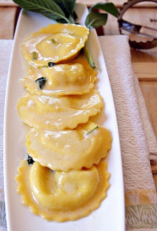 ravioli zafferano e topinambur -ripieno: -250 gr di topinambur  -1hg ricotta -50 gr grana  -50 gr mandorle pelate   -40 gr pinoli -2 aglio  -olio evo  -1/2 bicc. vino b. -sale e pepe --Per condire: burro parmigiano salvia --soffriggere l'aglio tritato aggiungere i topinambur lessati e sfumare con il vino bianco -amalgamare   salare e pepare -Mettete in una ciotola con mandorle  pinoli e frullare  raffreddare il composto e aggiungeteci  ricotta e  grana