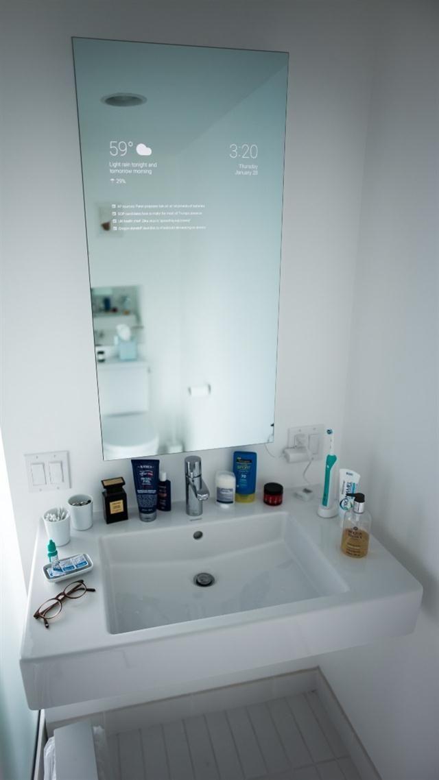 El espejo recibe información una mini computadora que usualmente se usa para mostrar películas en un televisor convencional