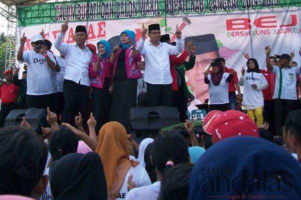BERNYANYI - Pendukung Budiono–Khair bernyanyi mengelu-elukan Budiono- Khair, dalam kampanye perdana.