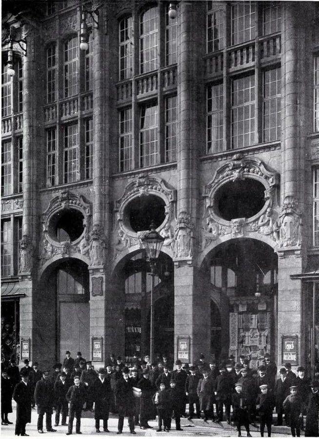 1910 Vor Dem Kaufhaus Tietz Am Alexanderplatz German Architecture Architecture Mapping Berlin