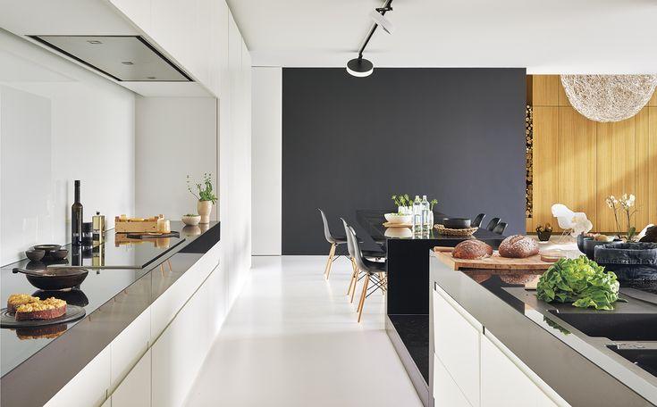 El mobiliario integral de la cocina ha sido diseñado por Egide Meertens y realizado por Rudy Schepers. Encimeras de piedra natural negra. Iluminación, de Delta Light