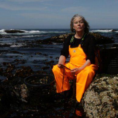 Jeg møter danske Zoe Christensen på Litteraturhuset i Oslo. Hun har bakgrunn som regissør for teateroppsetninger og kunstprosjekter, men fattet interesse for havets næringsrike skatter da hun reiste på reportasjetur til Island i 2009. Her studerte hun resultatet av klimaendringer og ble opptatt av økologi og bærekraftighet. Hun besøkte en familie som sanket viltvoksende tang og ble begeistret.