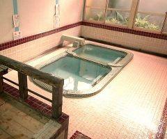 八代市にある日奈久温泉の松の湯は大正レトロ感満載の日帰り湯 雰囲気があってとってもいいです タイルの貼られた懐かしの公衆浴場で脱衣所と浴室を仕切るのは階段のみの本当に昔ながらの造りです 大人はなんと200円で入浴ができるレトロな温泉好きにはたまりません 最近では貸切風呂や休憩室などの用意もあるということなのでぜひこの雰囲気を味わいに遊びにいってみてはいかがでしょうか 冬はやっぱり熊本の温泉ですよ()v tags[熊本県]