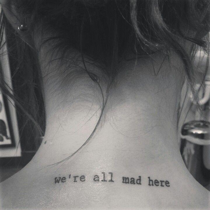 """Em inglês: """"We're all mad here"""" // Tradução: """"Nós somos todos malucos por aqui"""""""