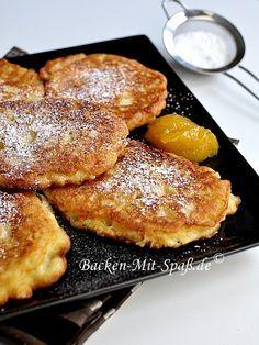 Polnische Pancakes mit Äpfeln Zutaten für ca. 8- 9 Stück: 1 Glas Milch 1 ½ Glas Mehl 1 Ei 1 EL Zucker 1 TL Vanillezucker Prise Salz 25g Hefe 3 Äpfel Außerdem: Öl zum Braten Puderzucker
