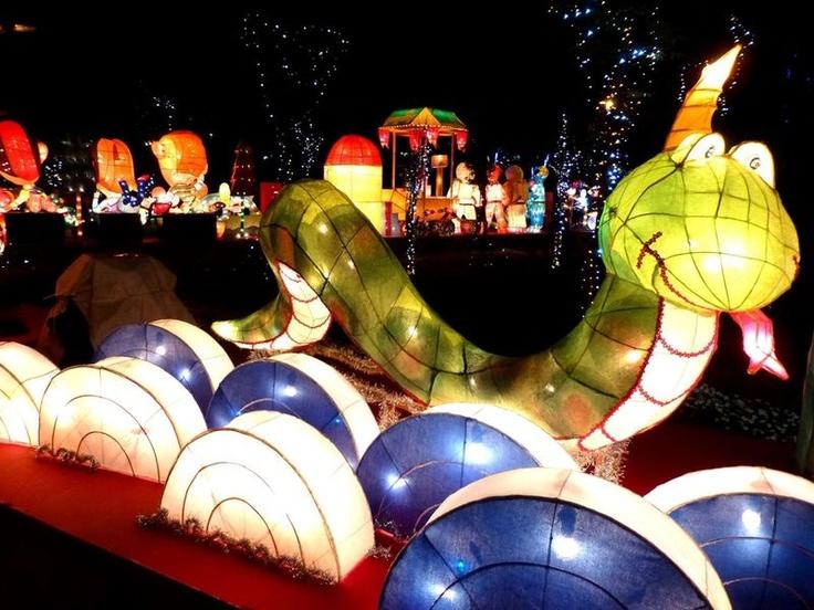 Het Chinese lantaarnfestival luidt het einde van de nieuwjaarsfestiviteiten in. Het festival werd, ruim 2000 jaar geleden, ingesteld ten tijde van de Han-dynastie. Gedurende het feest veranderen Chinese steden in een zee van lantaars en, hoe kan het ook anders, vuurwerk. Kinderen gaan met hun lantaarntjes de straat op, en lossen de raadsels op die op de lampionnen zijn geschilderd.