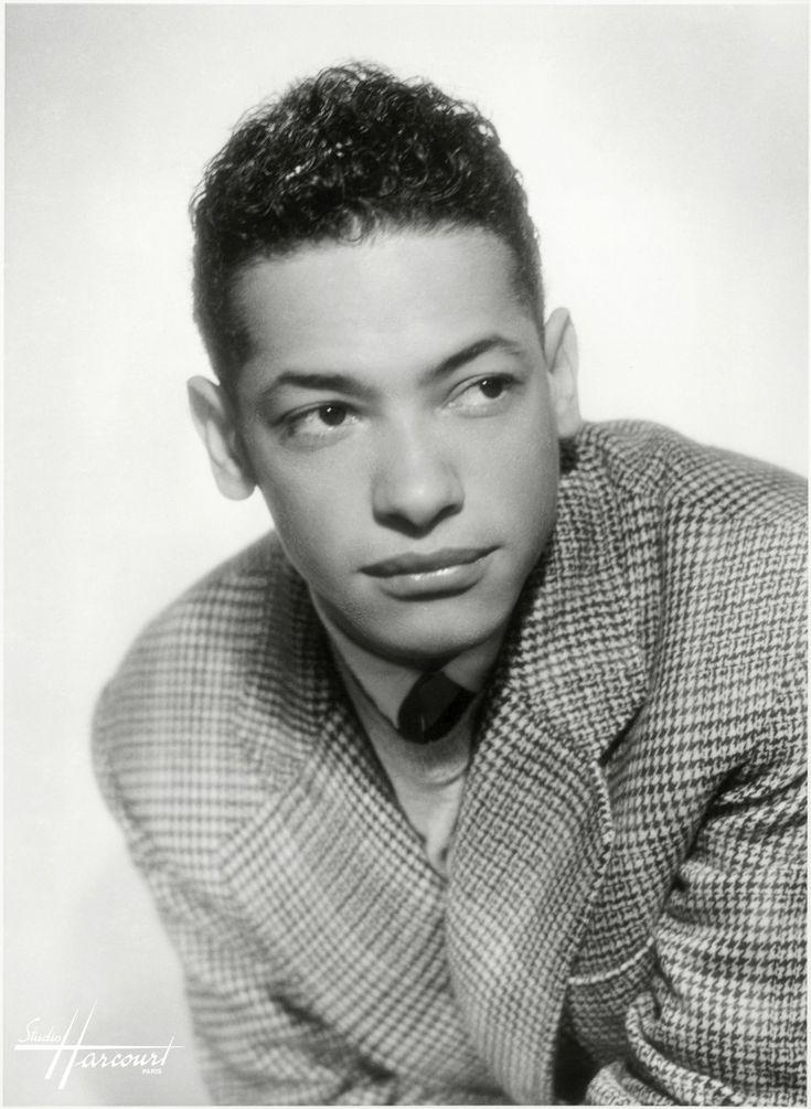Henri Salvador, 1946  - Henri Gabriel Salvador, né à Cayenne, en Guyane, le 18 juillet 1917 et mort à Paris le 13 février 2008 (à 90 ans), est un chanteur et humoriste Français. Compositeur et guitariste, il joua à ses débuts dans des orchestres de jazz français.