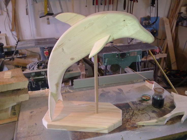 Delfín Tenhle delfín už má svého majitele. Vyrobím ho znovu, nebo se rád pustím do výroby sochy z říše zvířat dle Vaší fantazie ;-). Výška 60 cm Materiál - borovice, natřeno olejem. Případné dotazy prosím zasílejte vnitřní poštou.