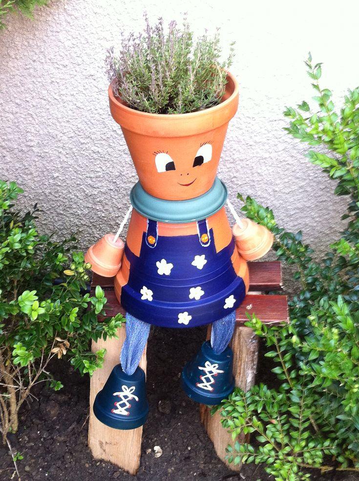 Un jardinier en pot de terre les d corations pots de - Decoration avec des pots de fleurs ...