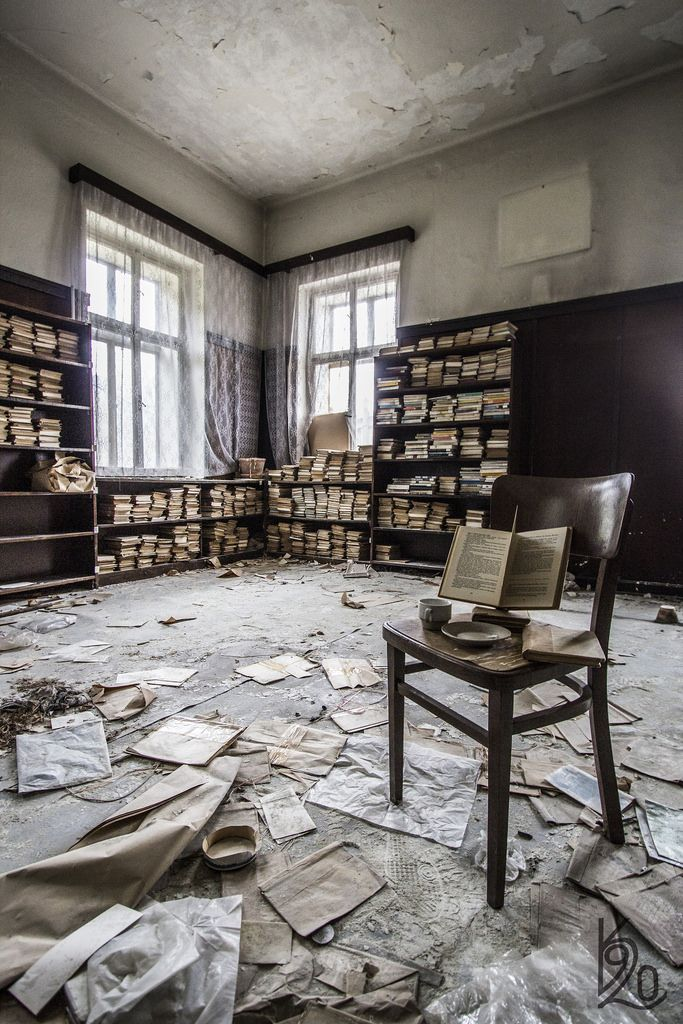 Bibliothèque abandonnée (katka.havlikova)