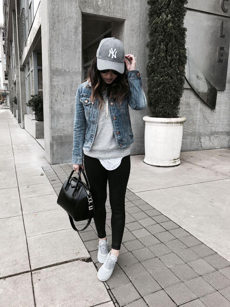 Jeansjacke mit Yogahosen & ein graues Sweatshirt wird zum Synonym für