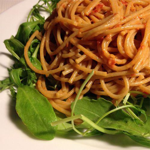 Dieses Rezept habe ich als Alternative für mein geliebtes Pesto Rosso kreiert. Mit einer ganzen Menge Olivenöl und Käse kommt das normale Pesto ja nun nicht gerade schlank daher. Umso größer war also mein Herzenswunsch eine gute Alternative zu schaffen. Mit getrockneten Tomaten und Reissahne entsteht eine sämiges Pesto welches jedes Nudelgericht zum absoluten Gaumenschmaus […]