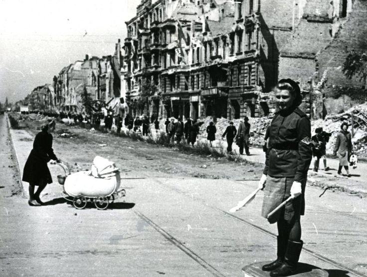 Verkehrsregelung : Die Frau mit Kinderwagen hieß Gisela Heiden und kam aus...