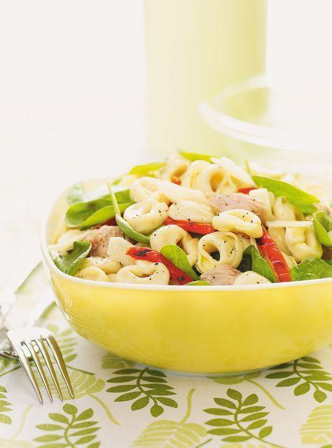 Recette de salade de tortellinis au thon et aux épinards: une recette de Ricardo rapide à préparer. Ingrédients: tortellinis au fromage, thon, épinards...