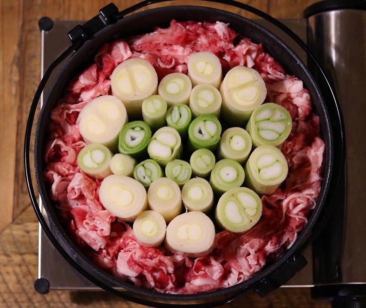 「そして今日の晩ごはんは、産直でものすごく太い白ネギを購入したので、前から気になっていた#スタンディングねぎ鍋 にすることに。 ・ お肉屋さんで美味しそうな豚肉が安かったので、今回は牛ではなく豚に。 割り下は、ネットで見た浅草今半の配合で。 ちなみに醤油4:みりん3:砂糖2:水1となってました。 ・ ・…」