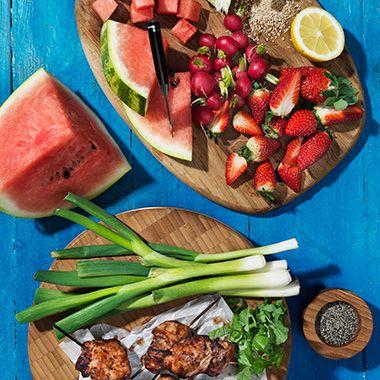 Recept på fruktig och fräsch sallad med grillade kycklinglårfiléer. Jordgubbar, vattenmelon och rädisor i salladen ger den rätta sommartouchen!