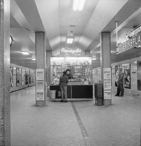 https://flic.kr/p/8FtYMh | Affärer och andra bilder från stationer på västra tunnelbanor | Bildnr: 2017-A5830 Fotograf: okänd Datering: 1953 sparvagsmuseet.sl.se