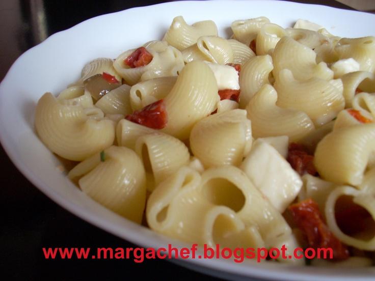 Pasta fredda con mozzarella e pomodoro secchi