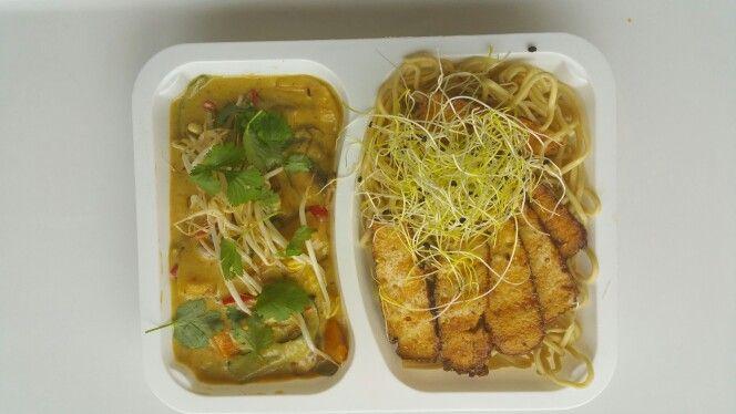 Thaise curry met gerookte sesamtofu en eiernoedels (streetfood veggie)