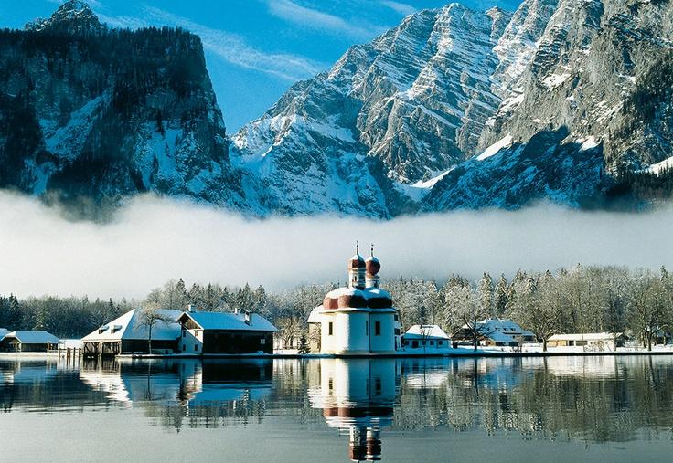 Der fjordatige Königssee und St. Bartholomä:          Umrahmt von gewaltigen Felswänden ruht er wie ein Fjord in einer der imposantesten Landschaften Deutschlands - smaragdgrün und still - inmitten des Nationalparks Berchtesgaden: Der Königssee.         Vielleicht ist es gerade diese erhabene Ruhe, die so viele Menschen Jahr für Jahr an den Königssee zieht. Der fjordartig eingebettete See ist acht Kilometer lang, bis zu 1,2 Kilometer breit und liegt 602 Meter über NN.