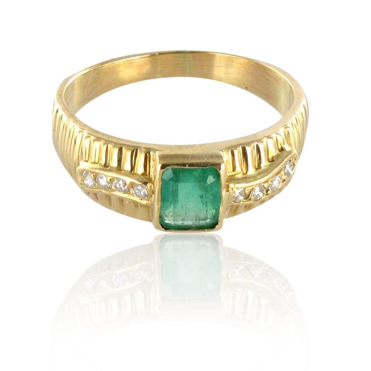 Bague émeraude et diamants en or jaune.  Féminine, elle se pose sur le doigt.  http://www.bijouxbaume.com/bague-emeraude-et-diamants-en-or-jaune-a1346.html