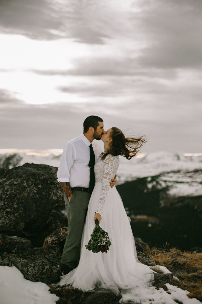 Snowy mountain elopement in Colorado | Image by  From The Daisies