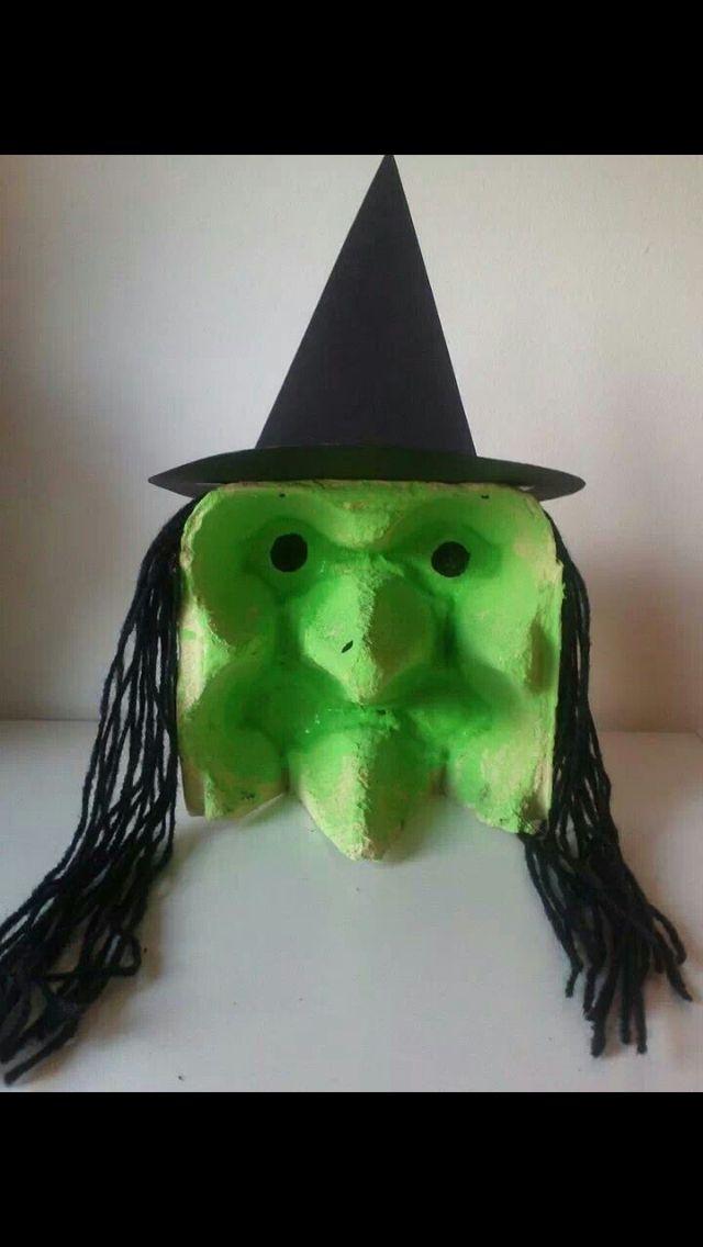 Een heksje voor Halloween heel gemakkelijk nodig : eierdoos en zwart papier en zwarte touw en groen , zwart verf , dat is het veel pleizier met knutselen