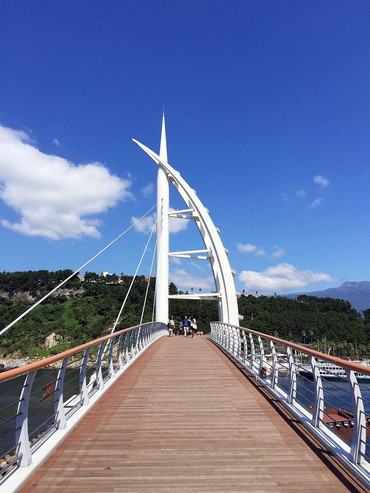 Jejudo Island Travel Diary @ Annchovie.com: Beautiful blue skies at the Seogwipo Bridge