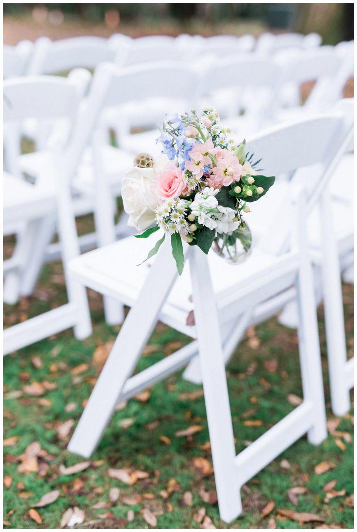 Hellblaue und rosa Blumen auf Hochzeitsgangstühlen   – Wedding flowers