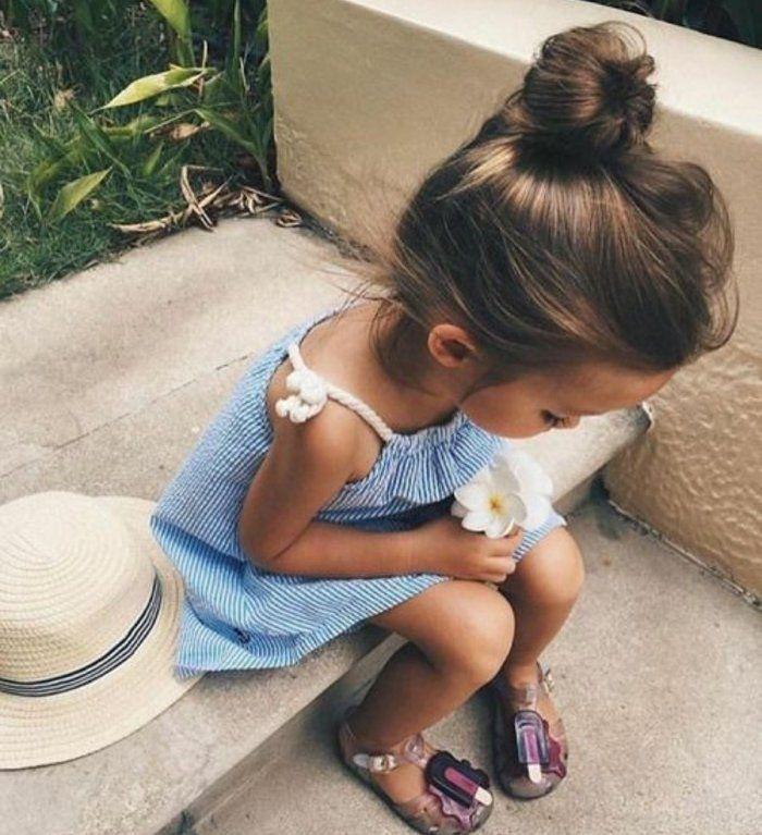 petite fille avec un joli chignon, suggestion coiffure bébé fille pour les filles aux cheveux épais