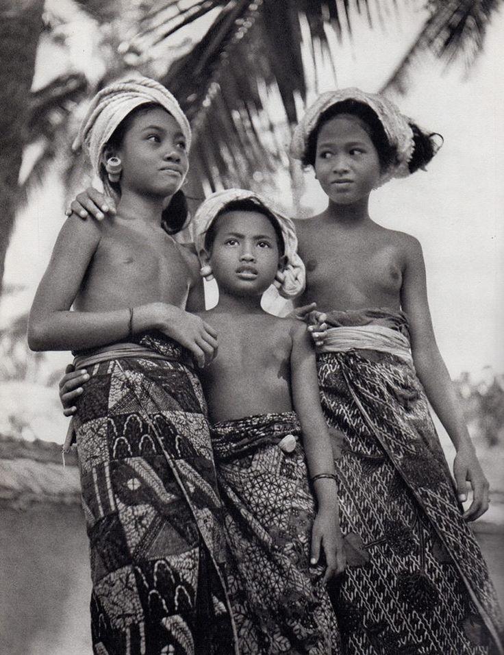 As Ilhas de Deus: Java, Sumatra, Bali (Indonésia), 1954. Gotthard Schuh @ #lamistardilocast #tribut #tribute #tributon #homenaje #omaggio #дань @