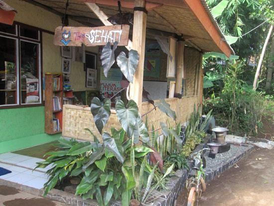 Rumah sederhana milik Mang Yayat yang terbuat dari bilik bambu inilah yang dijadikan sebagai perpustakaan dengan nama TBM Sehati (sumber foto: Mang Yayat)