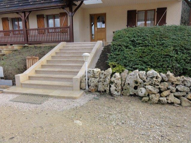Escalier massif entièrement réalisé en pierre naturelle de Bourgogne Beaunotte DCN, mur massif - vieux extérieur contemporain moderne