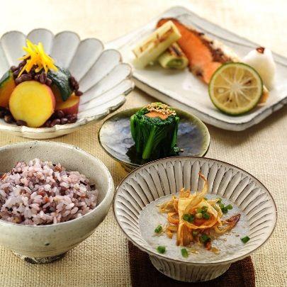 """今月のレシピ①【一汁三菜】    和食(日本人の伝統的な食文化)が、ユネスコの世界無形文化遺産に登録されました。その原点とされる基本的な膳立が「一汁三菜」です。汁物1品とおかずを3品(主菜1品+副菜2品)で構成され、自然を尊び四季や風土の味わいを活かした日本ならではの食文化が、改めて注目されています。  とりわけ、豆腐、揚げ、がんもなどは、主菜、副菜になる食材で、多種多彩の調理法が可能です。""""畑の肉""""といわれる大豆を素材にした、これらの食材は古...来より日本人にとって貴重なたんぱく源。低カロリーで良質のたんぱく質を多く含み、すぐれた健康食として重宝されています。別名""""長寿食""""ともいわれ、日本が長寿国なのは、こうした伝統的な食事様式のおかげだともいわれています。  三之助では、2月から""""今月のレシピ"""" を【一汁三菜】をテーマにして紹介してまいります。第一回目は、ごぼうと豆乳をたっぷり使った汁物をご紹介します。ご家庭の食卓のメニューにお役立ていただけましたら幸いです。"""