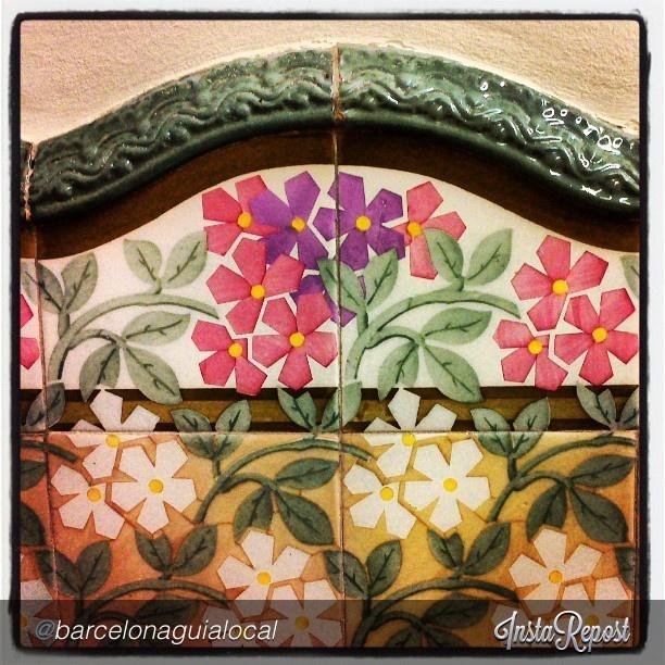 """Moltes felicitats @barcelonaguialocal!! La teva foto és la guanyadora del concurs #My_BCNmoltmes by @Barcelona és molt més d'aquesta setmana amb tema #Firamodernistatrs by @barcelonaguialocal """"Detall arrambador Casa Josep M. Coll i Bacardi (Casa Baumann), Terrassa #detalls #artsaplicades #modernisme #terrassa #Baumann #ceramica #flors""""via @InstaReposts"""